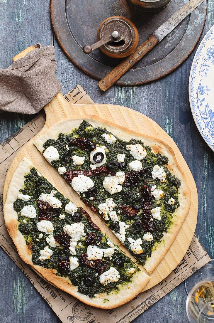 Pizza with pesto, goat's cheese and sundried tomatoes
