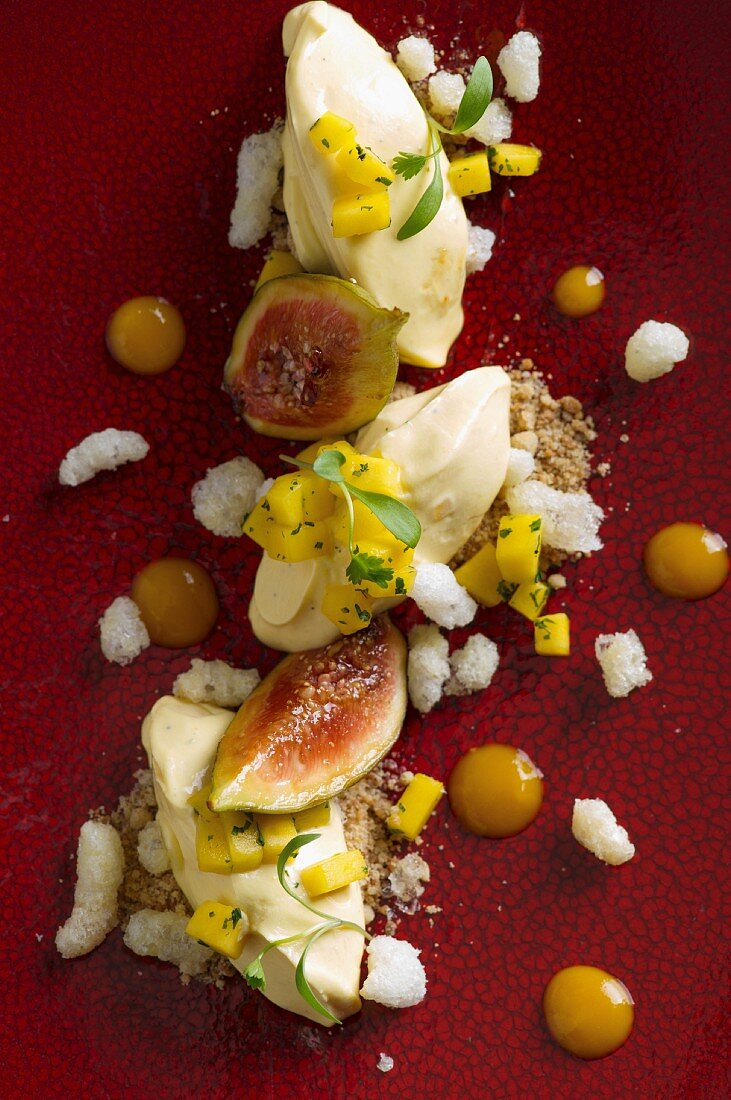 Quenelles of yoghurt with figs and mango