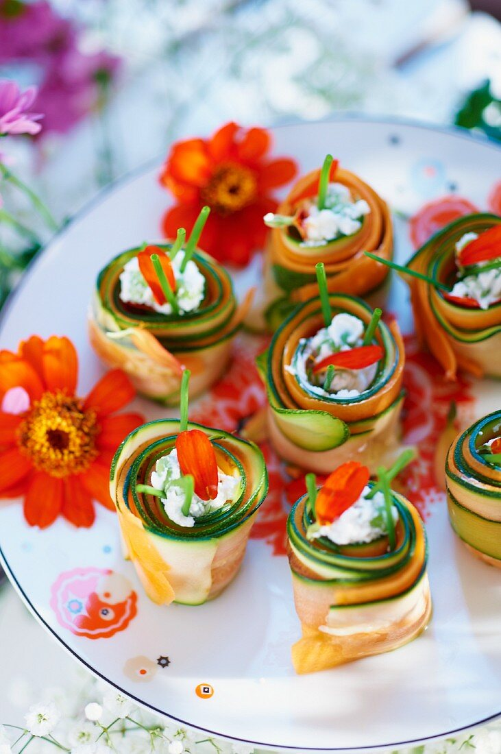 Rolls of courgette with cream cheese, chives and petals