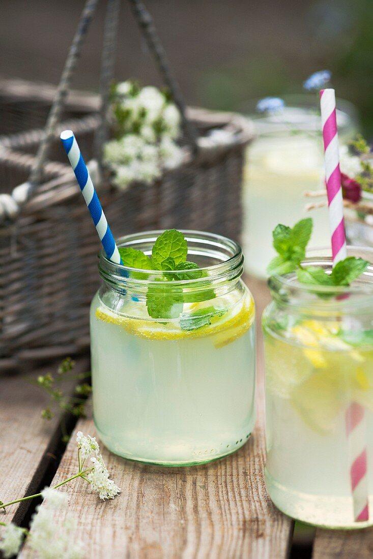 Selbstgemachte, frische Limonade mit Pfefferminze