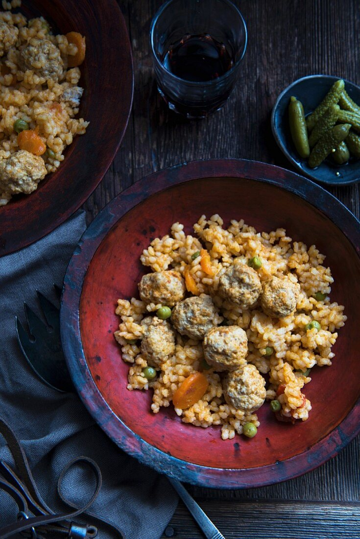 Rice with meatballs, carrots and peas