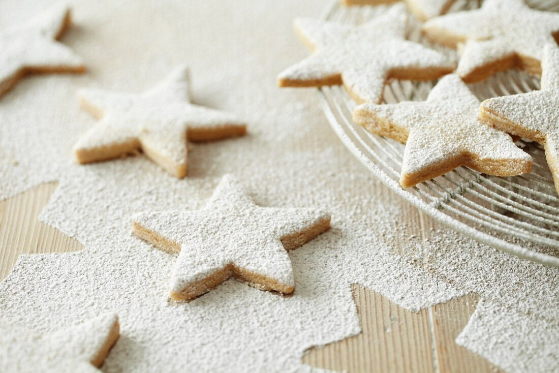 Star-shaped biscuits dusted with icing sugar for Christmas