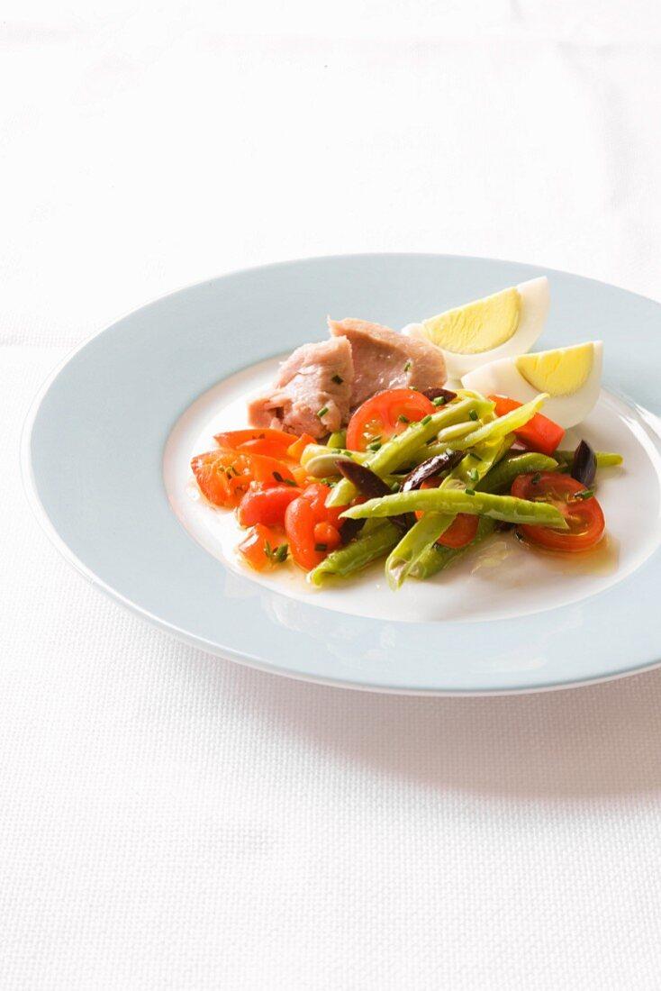 Asparagus and tomato salad with tuna and egg