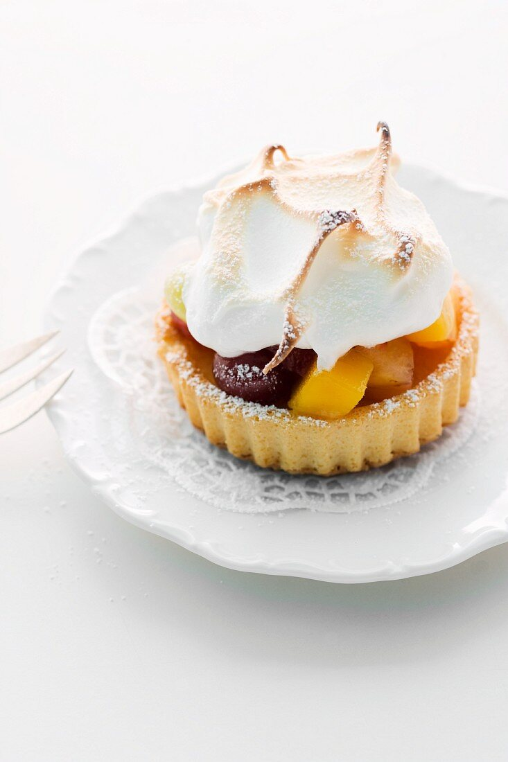 Fruit tartlet with meringue