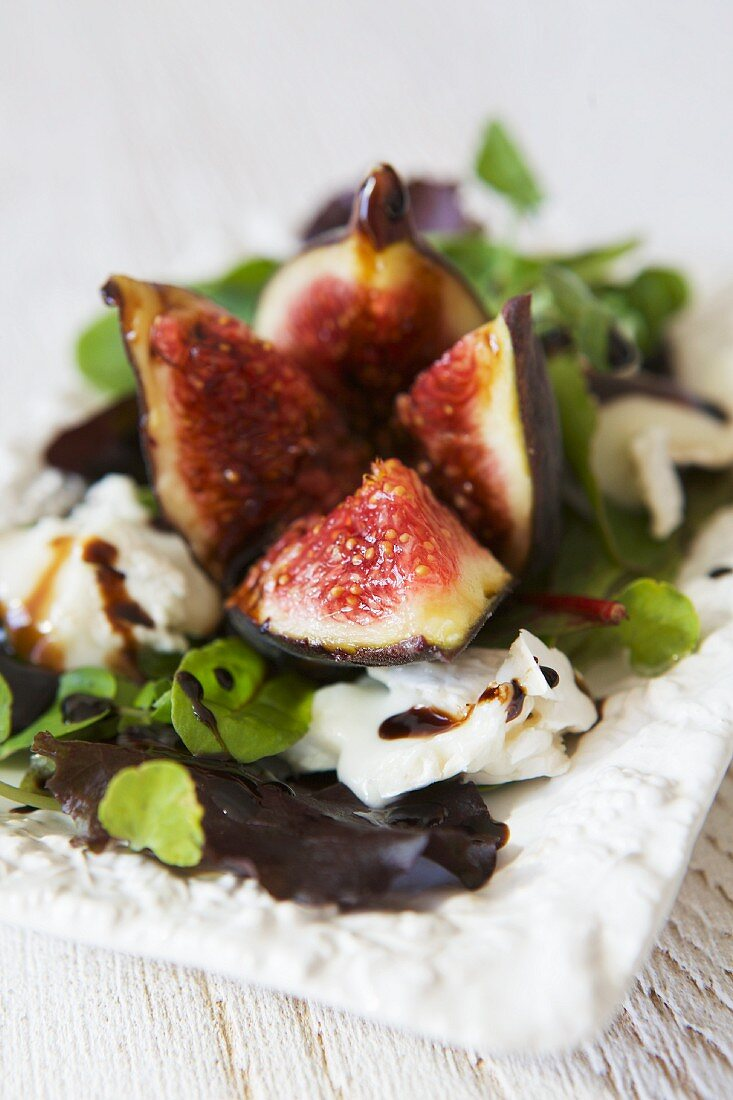 Lettuce with fresh figs, goat's cheese and balsamic dressing