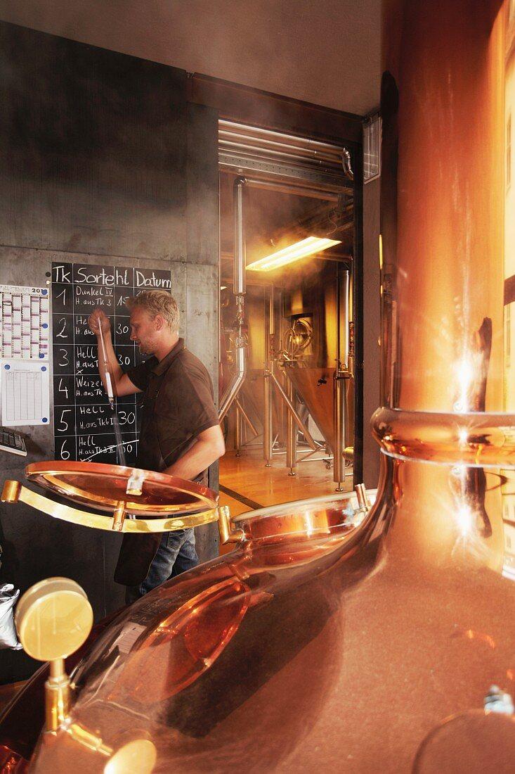 Arbeiter in einer Brauerei