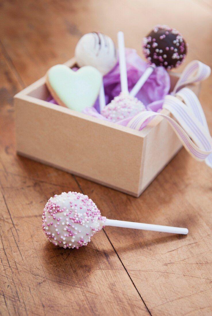 Verschiedene Cake Pops mit Holzschachtel zum Verschenken