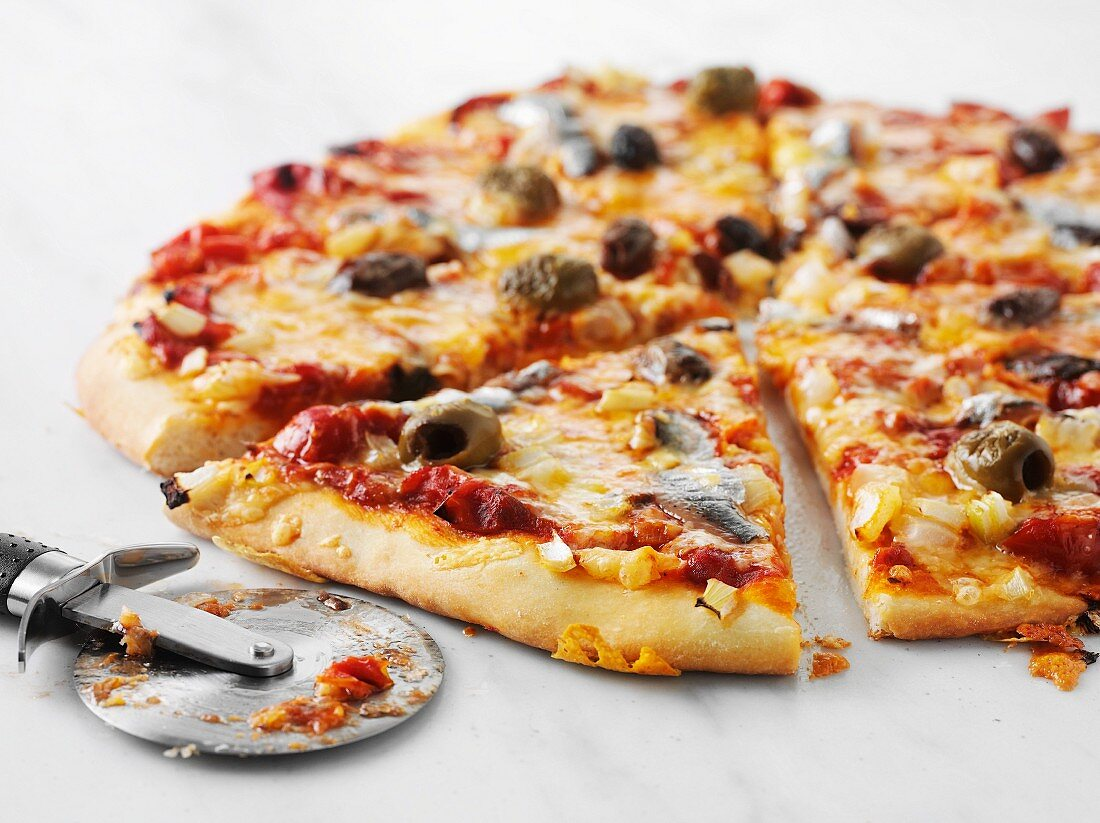 Pizza with tomatoes, olives and Västerbotten cheese