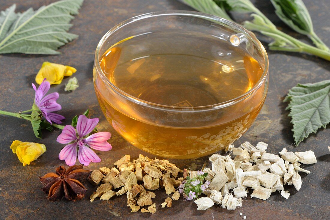 Herbal tea with marsh mallow leaves, marsh mallow root, liquorice root, thyme, lungwort, star anise, mallow flowers and mullein flowers