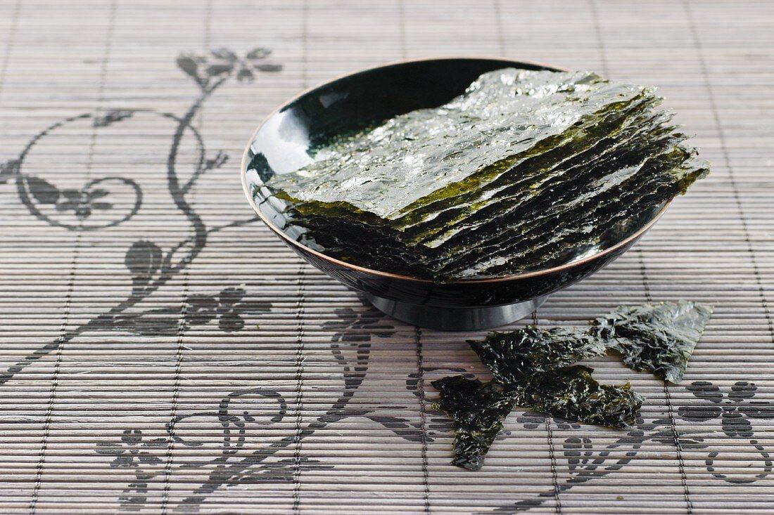 Getrocknete Seetangblätter in einer Schale