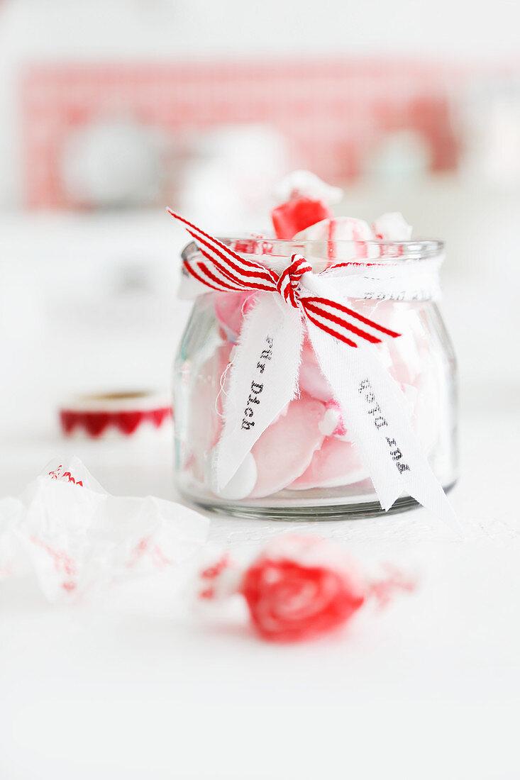 Rosa Bobons im Glas als Geschenk