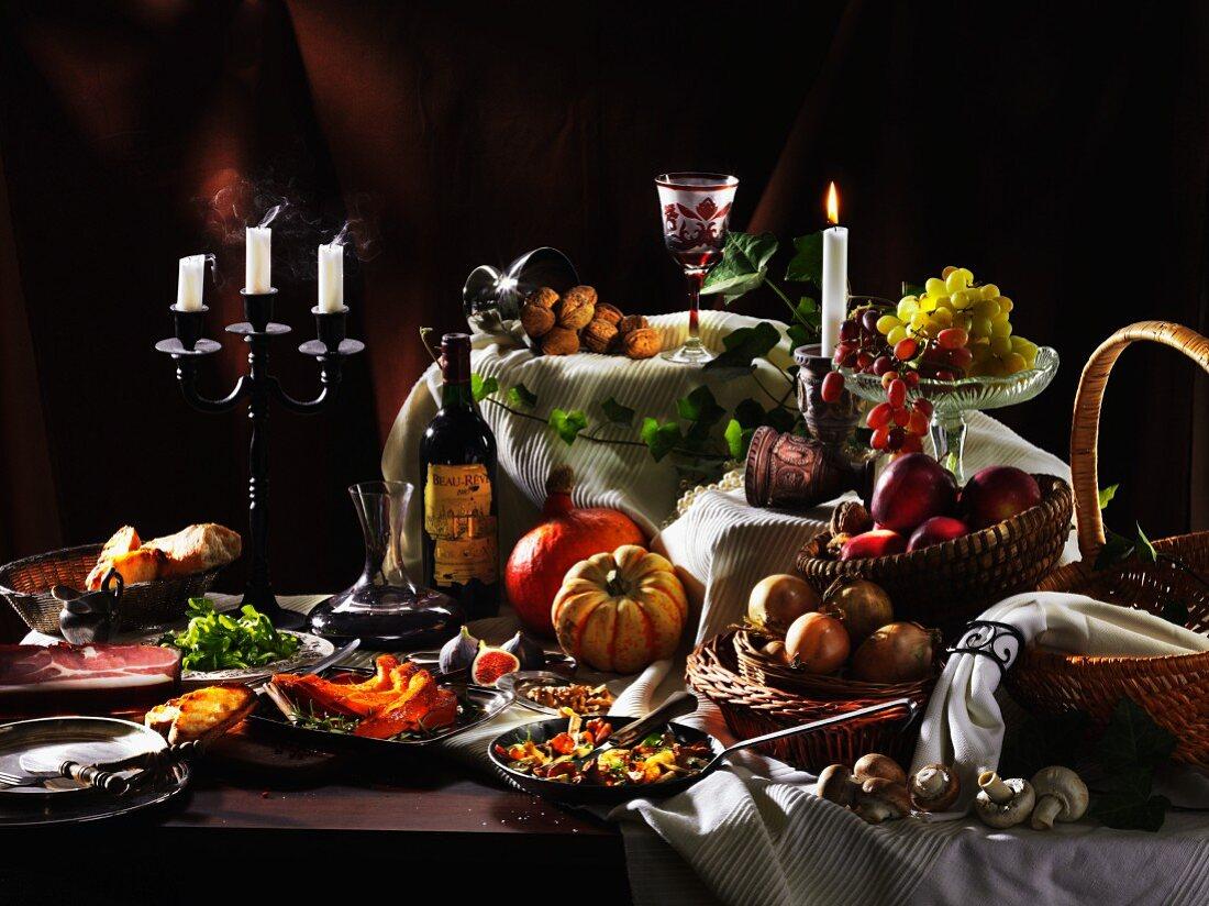 Herbstliches Stillleben mit Kürbis, Trauben und Wein