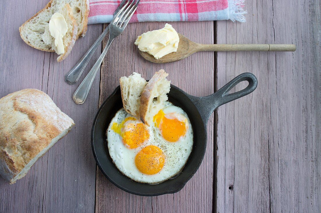 Fried eggs with bread and butter