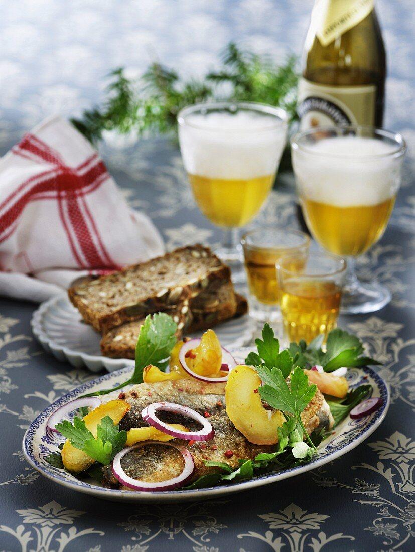 Brathering mit Äpfeln & Zwiebeln dazu Aquavit & Bier (Skandinavien)