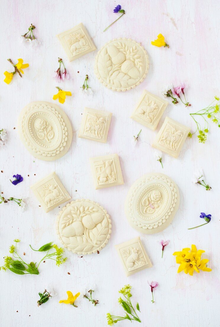 Springerle (anise biscuits with an embossed design) with flowers