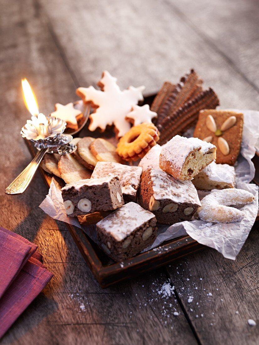 Weihnachtlicher Plätzchenteller mit brennender Kerze