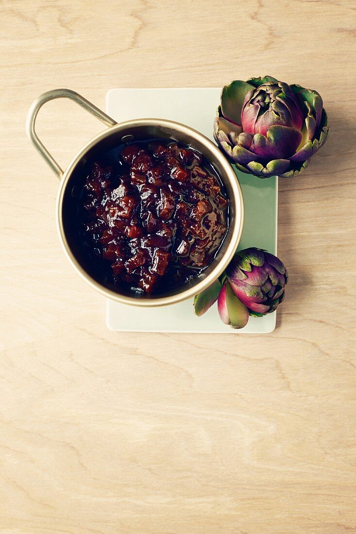Rhubarb chutney with artichokes (seen from above)