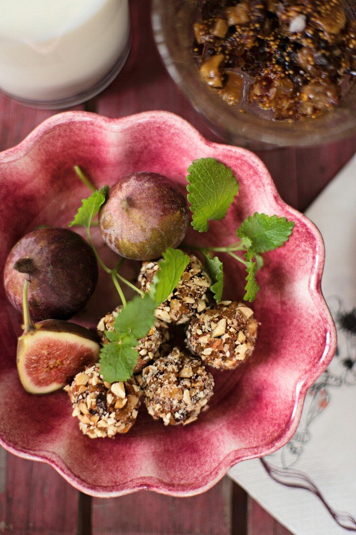 Energy balls with figs, dates and chopped nuts