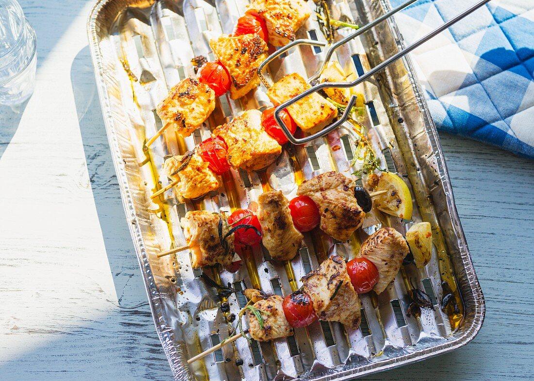 Putenspieße mit Tomaten und Oliven in Alu-Grillschale