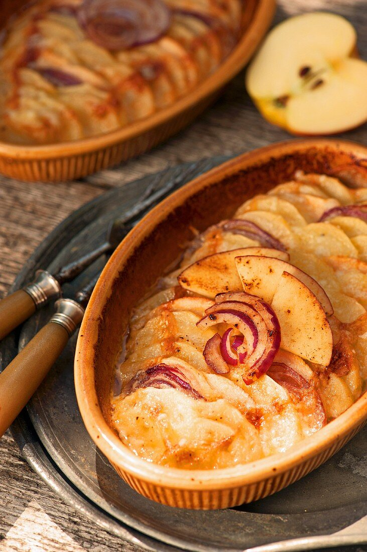 Potato gratin with apples and red onions