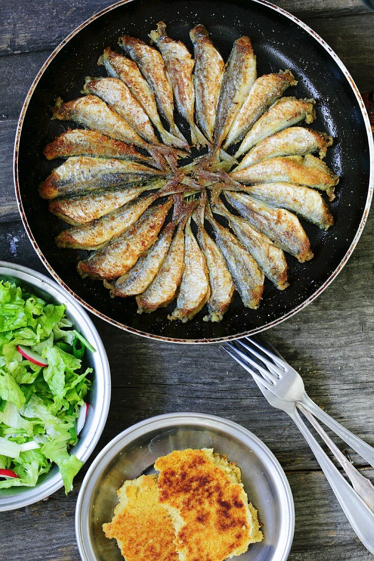 Fried Atlantic horse mackerel with cornbread and salad