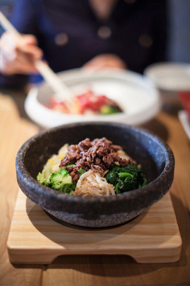 Bibimbap (Gericht mit Reis, Gemüse und Rindfleisch, Korea)