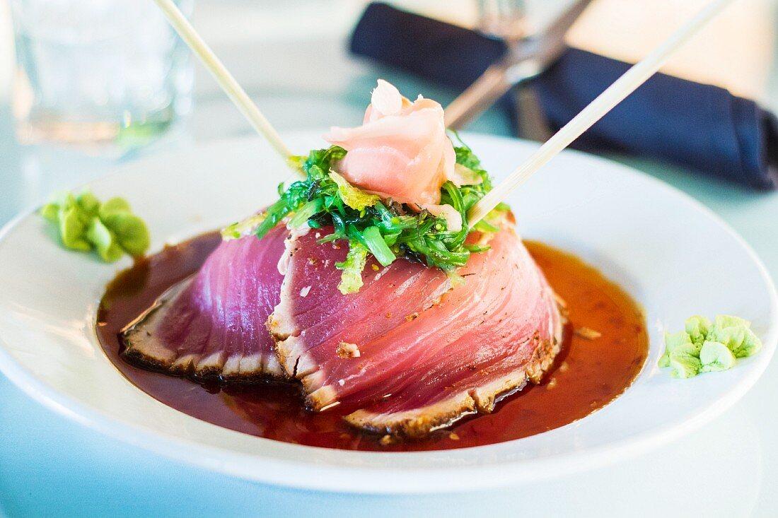 Ahi-Thunfisch mit Sojaglasur und eingelegtem Ingwer (Japan)