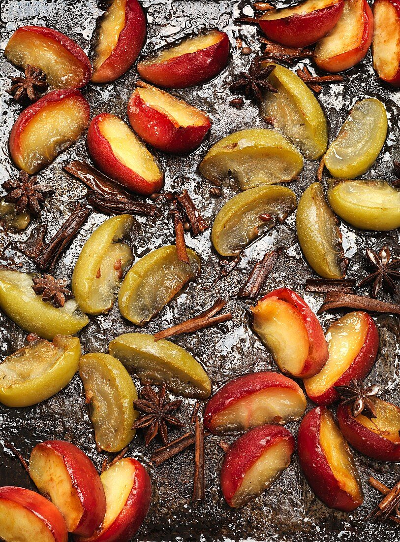 Baked apple wedges with star anise and cinnamon (seen from above)