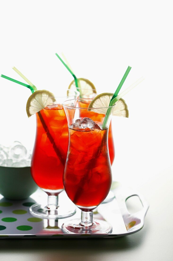 Iced tea with lemon wedges and straws