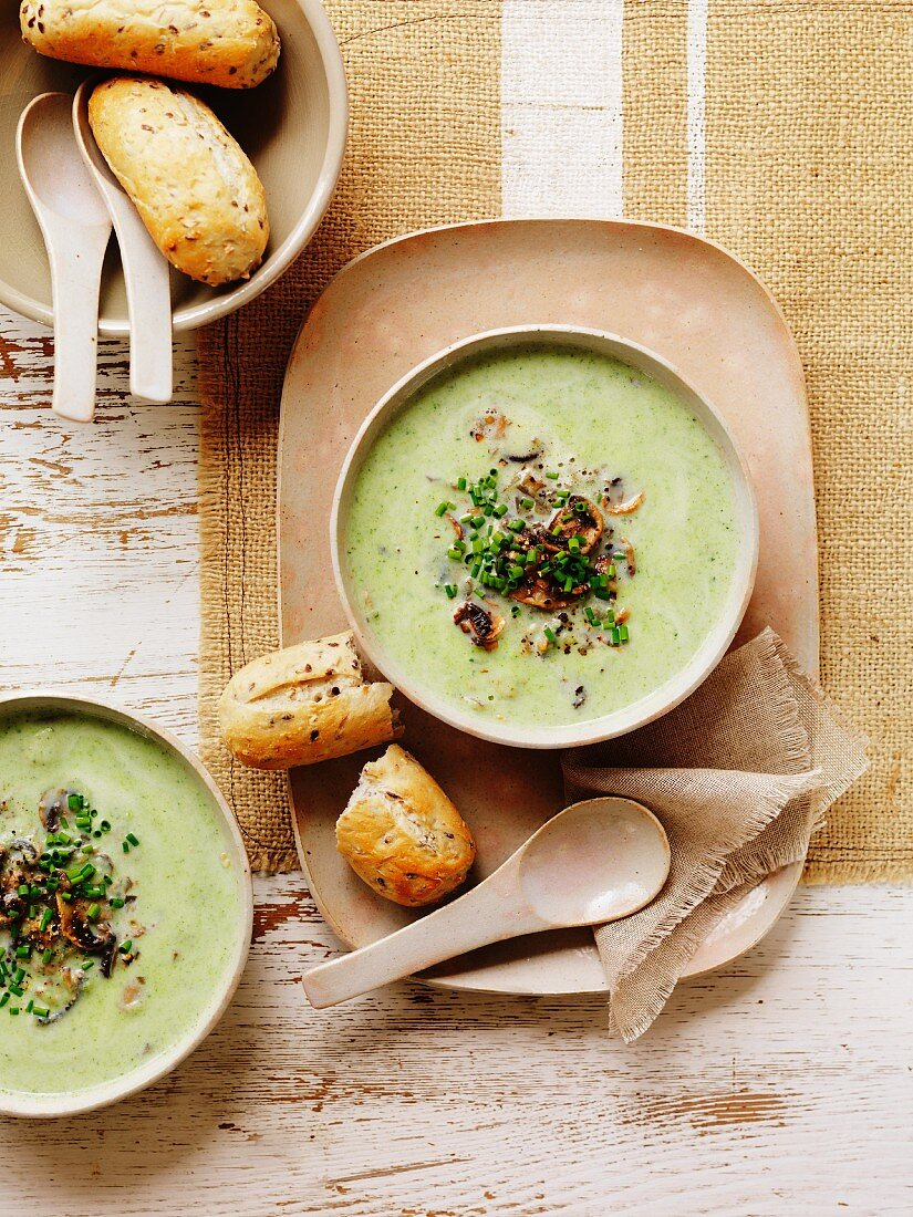 Broccoli and courgette soup with mushrooms