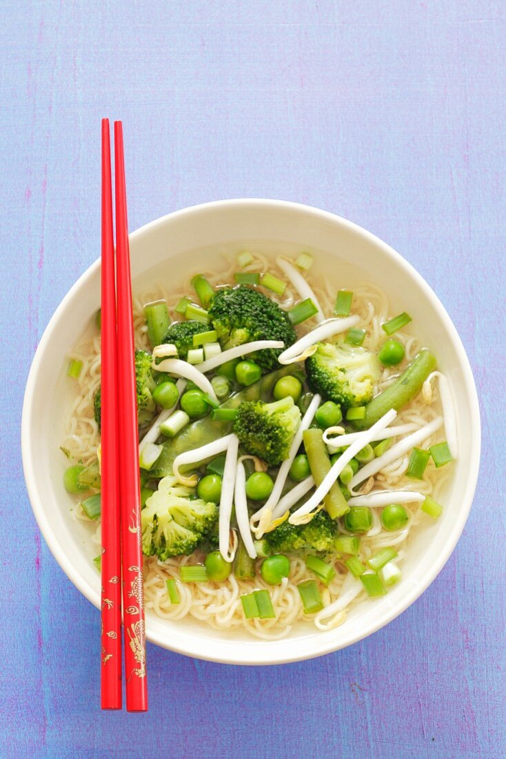 Noodle soup with broccoli, green beans, peas and bean sprouts (Asia)