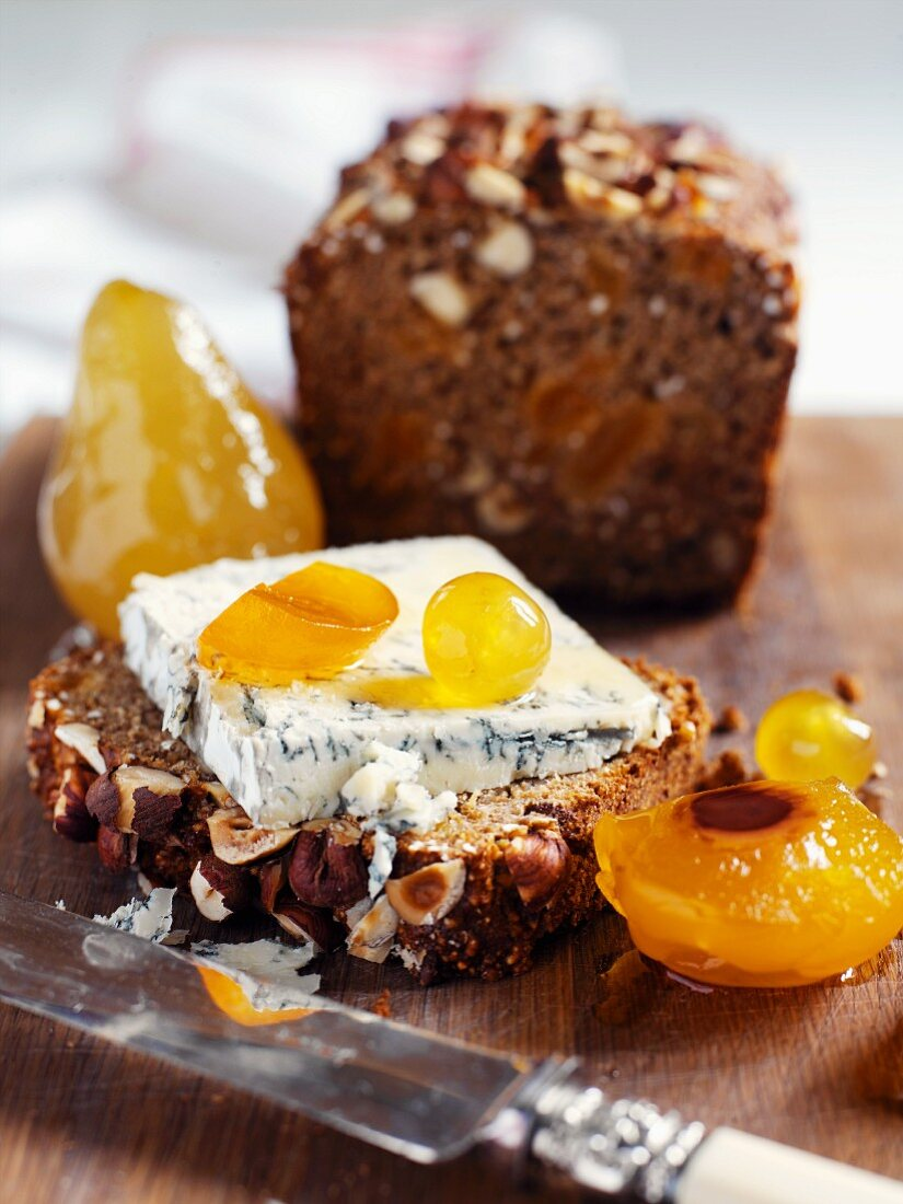 Nut bread with blue cheese and mustard fruits