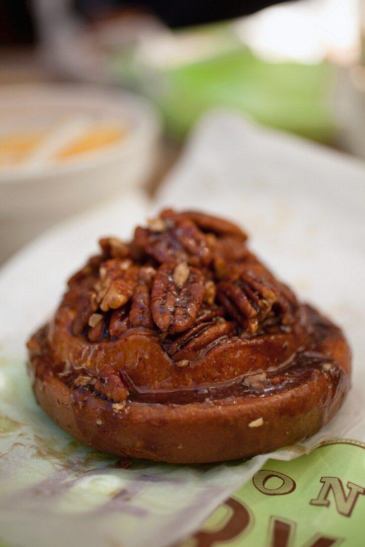 Sticky Bun mit Pecannüssen von einer Bäckerei in San Francisco