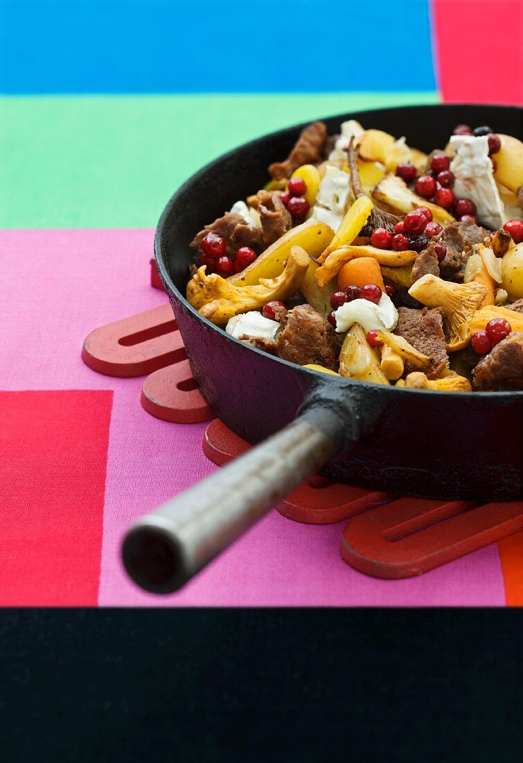 Pan-fried elk with chanterelles, cheese and cranberries