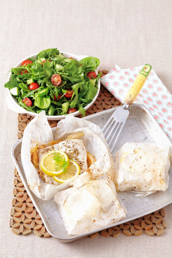 Fish fillets with onions and fennel in parchment paper