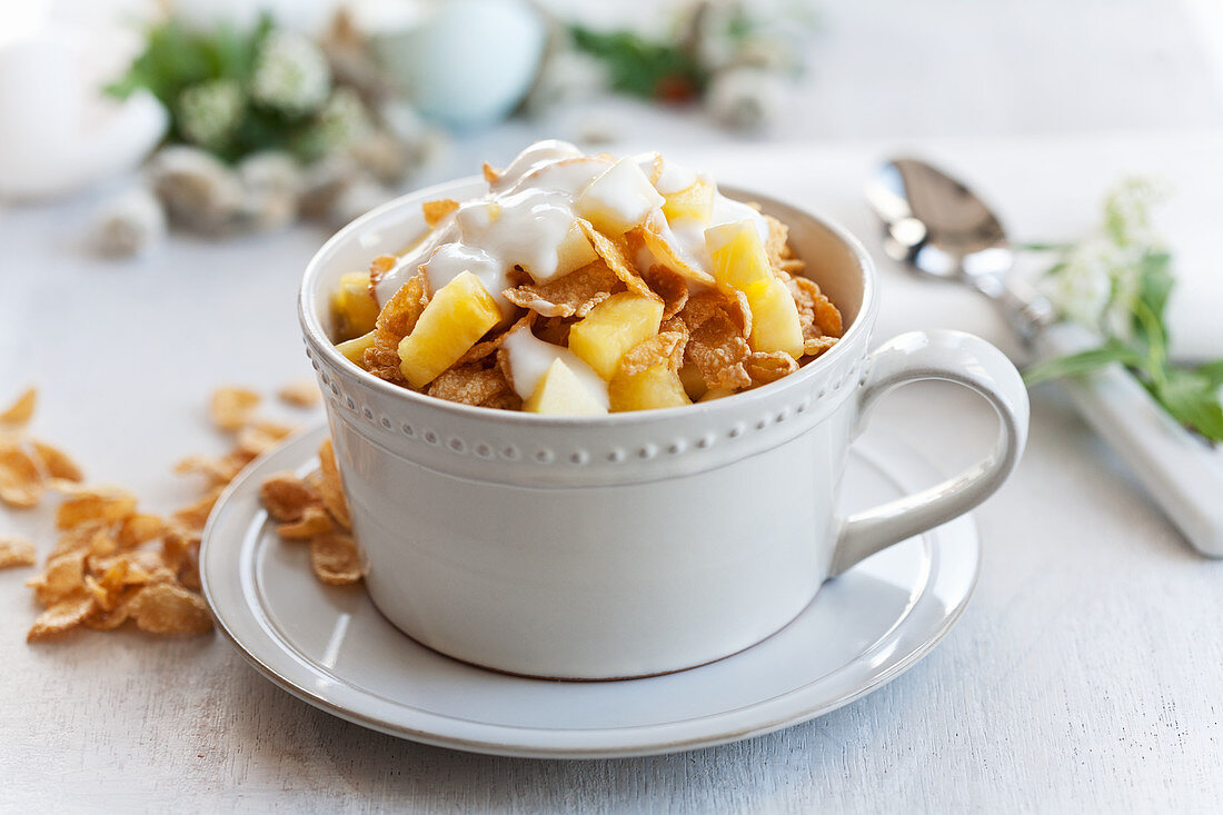 Cornflakes with fruit and natural yogurt