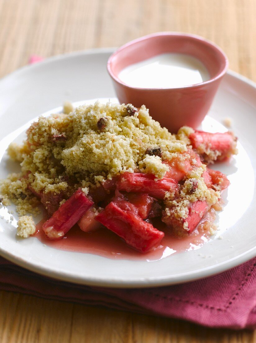 Rhubarb crumble with cream