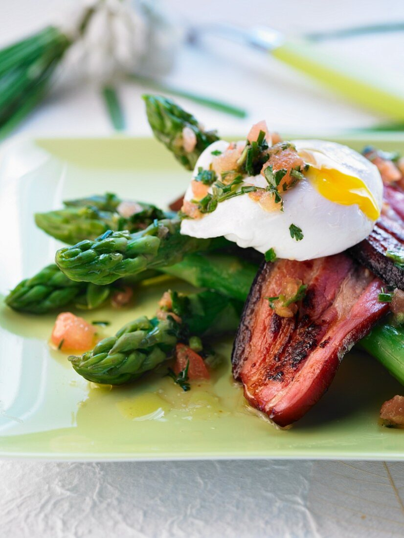 Green asparagus with bacon and poached egg