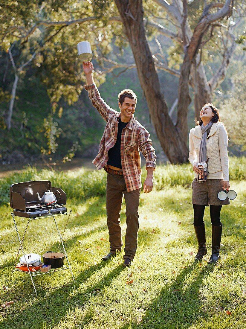 Junges Paar mit einem Campingkocher