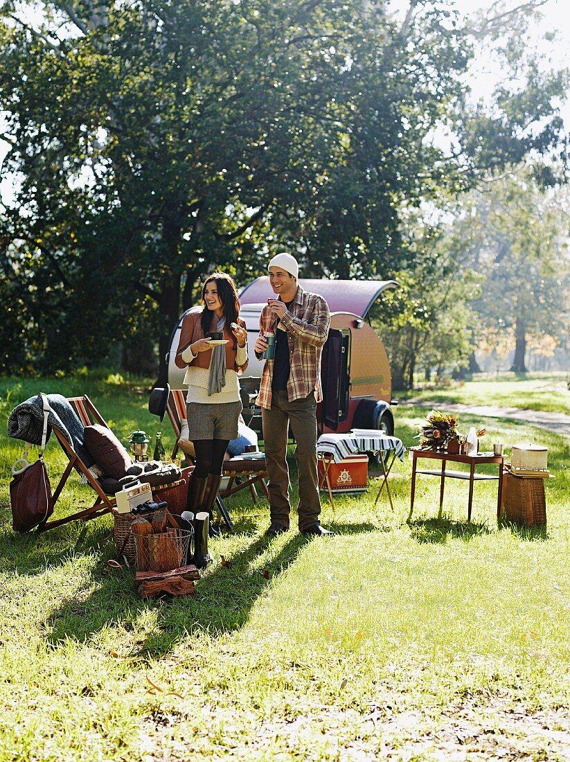 Junges Paar beim Campen