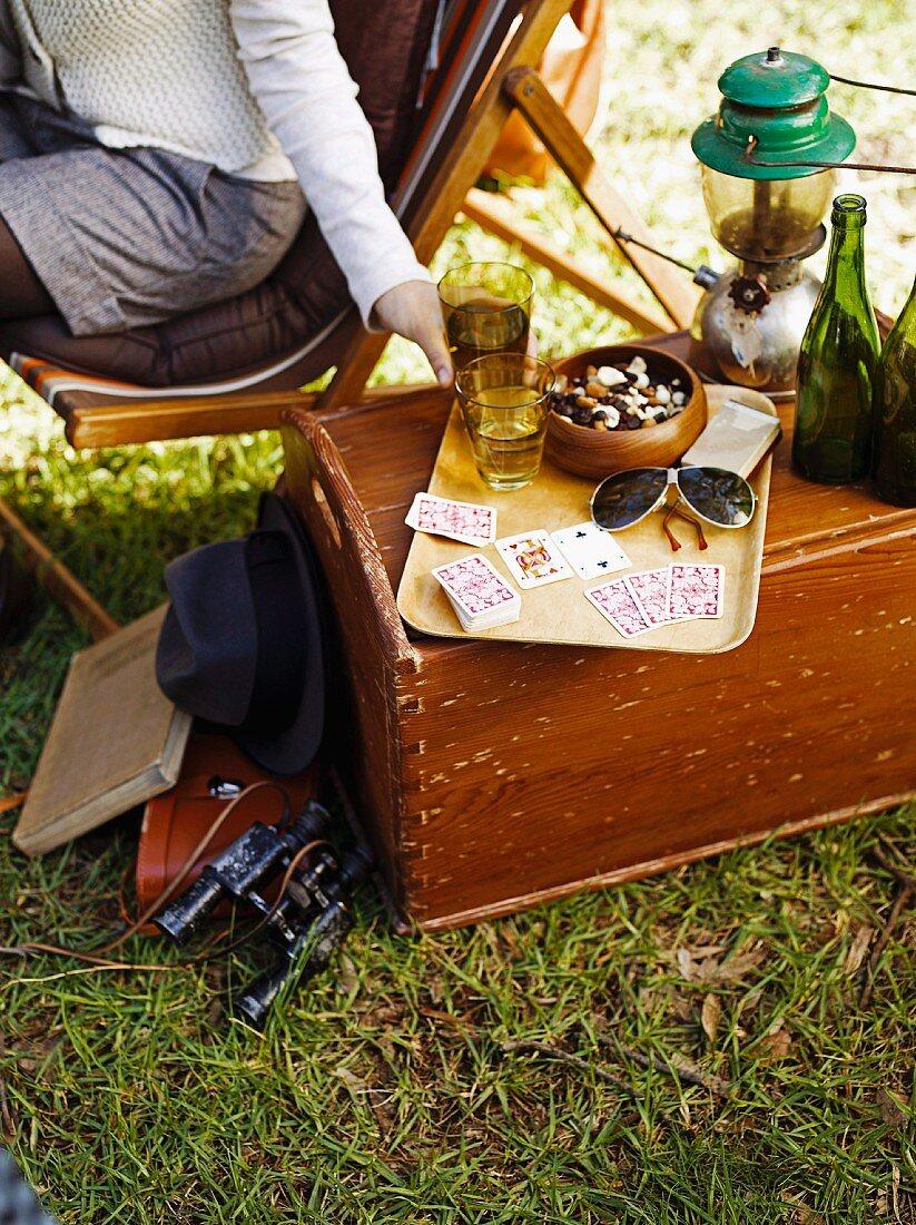Weisswein, Nussmischung und Spielkarten auf einem Tablett