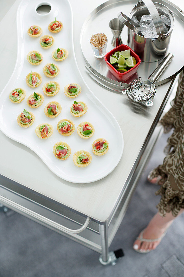 Tartlets topped with raw tuna and basil mayonnaise