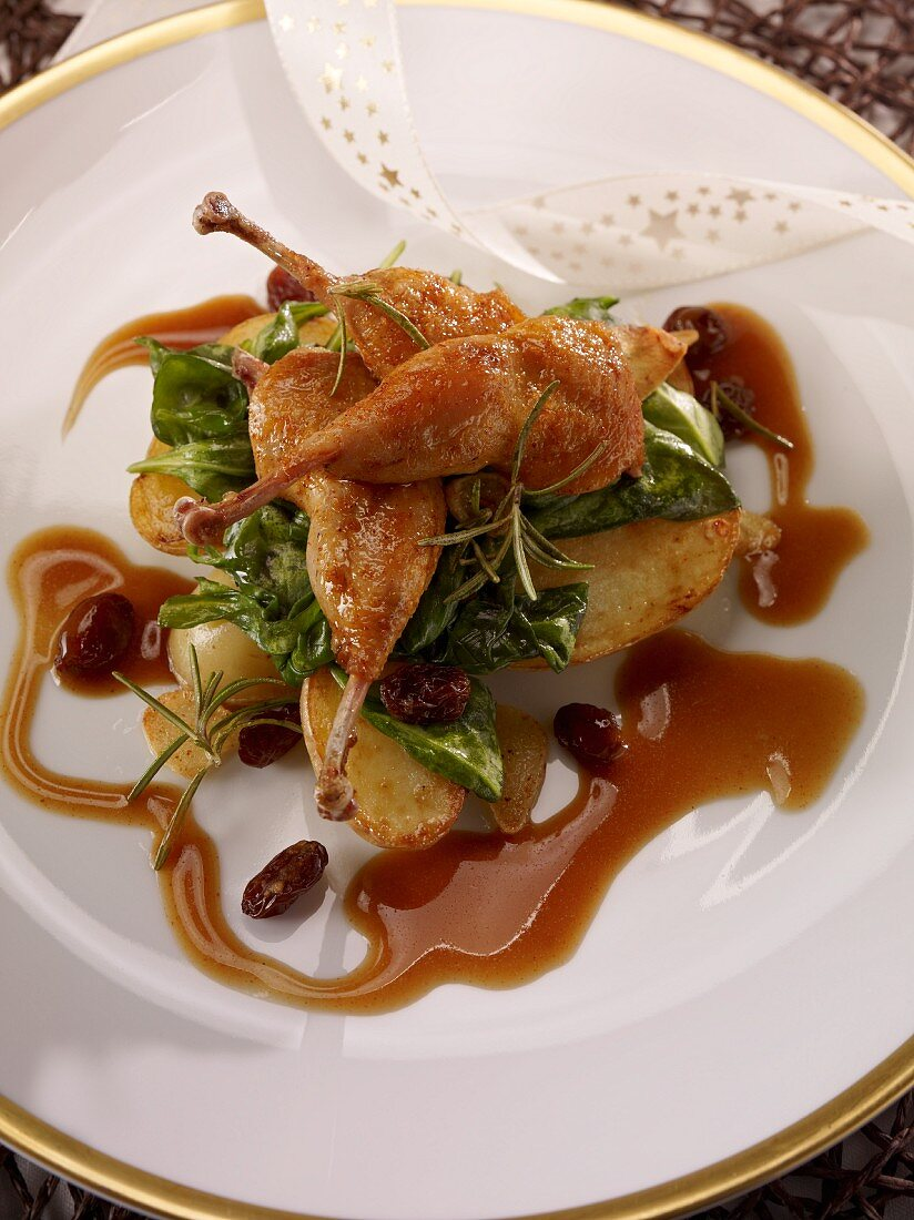 Quail legs with potatoes, baby spinach, currants and sauce