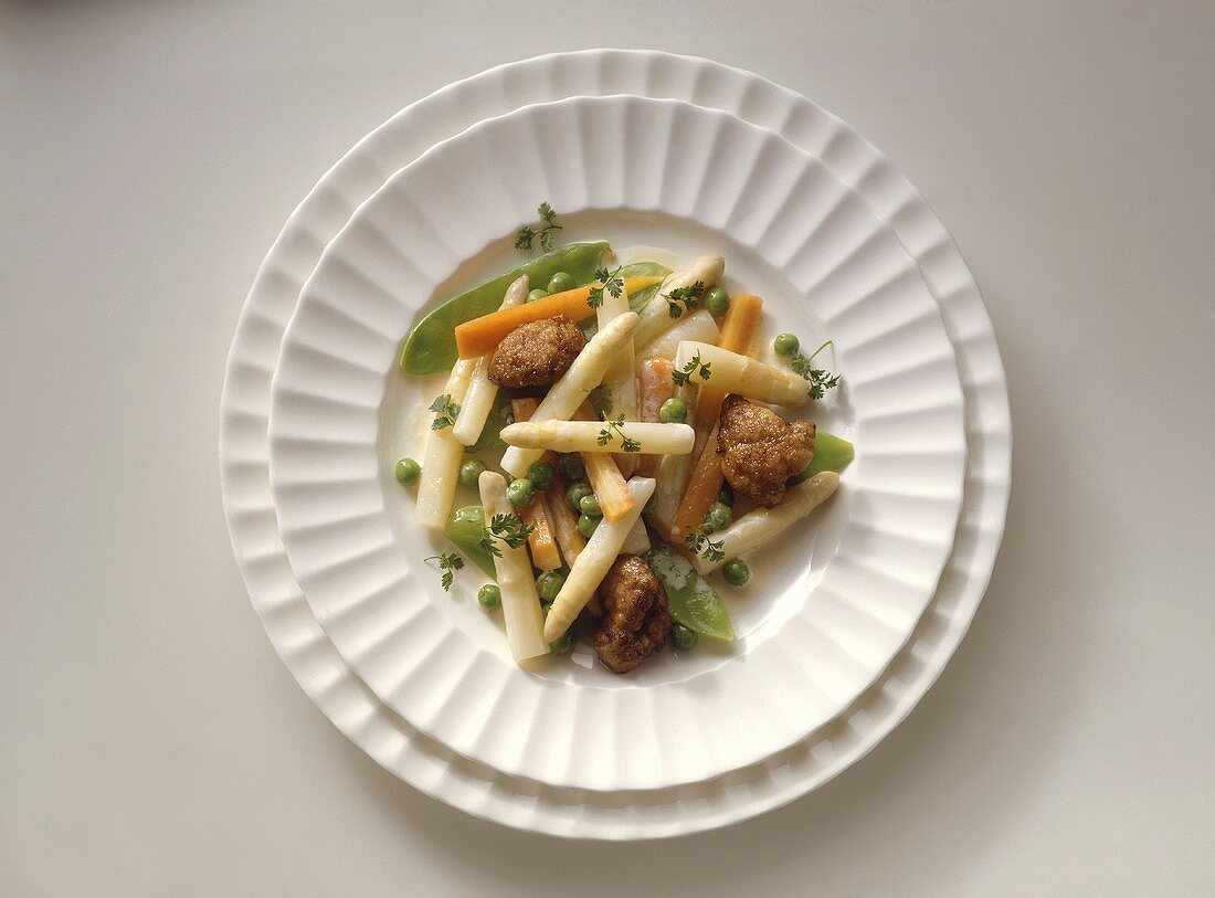 Asparagus salad with sweetbread and sugar pods