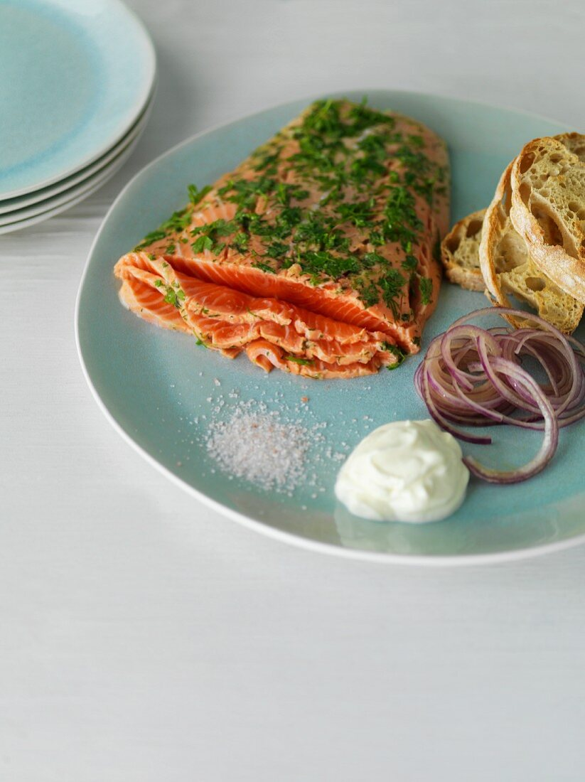 Graved lax with sour cream, onions and bread