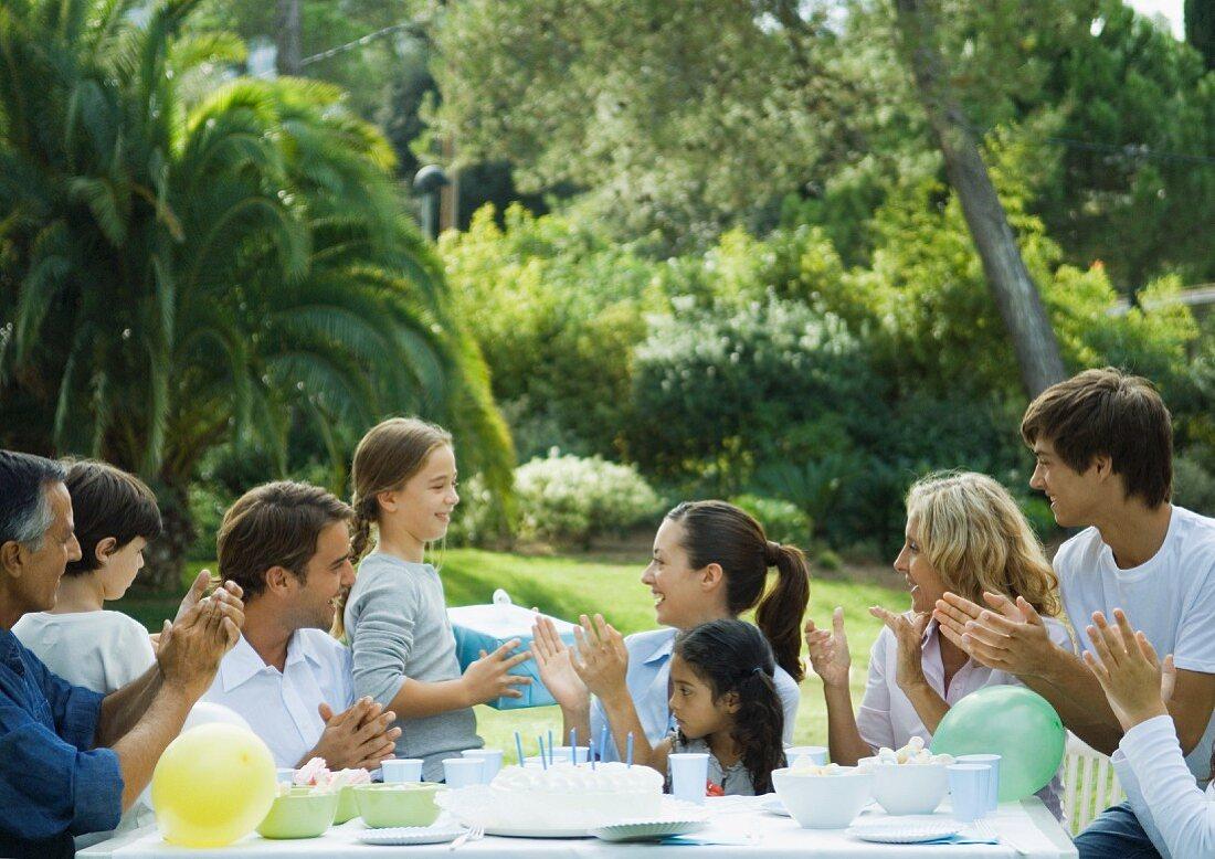Familie bei einer Geburtstagsparty im Garten