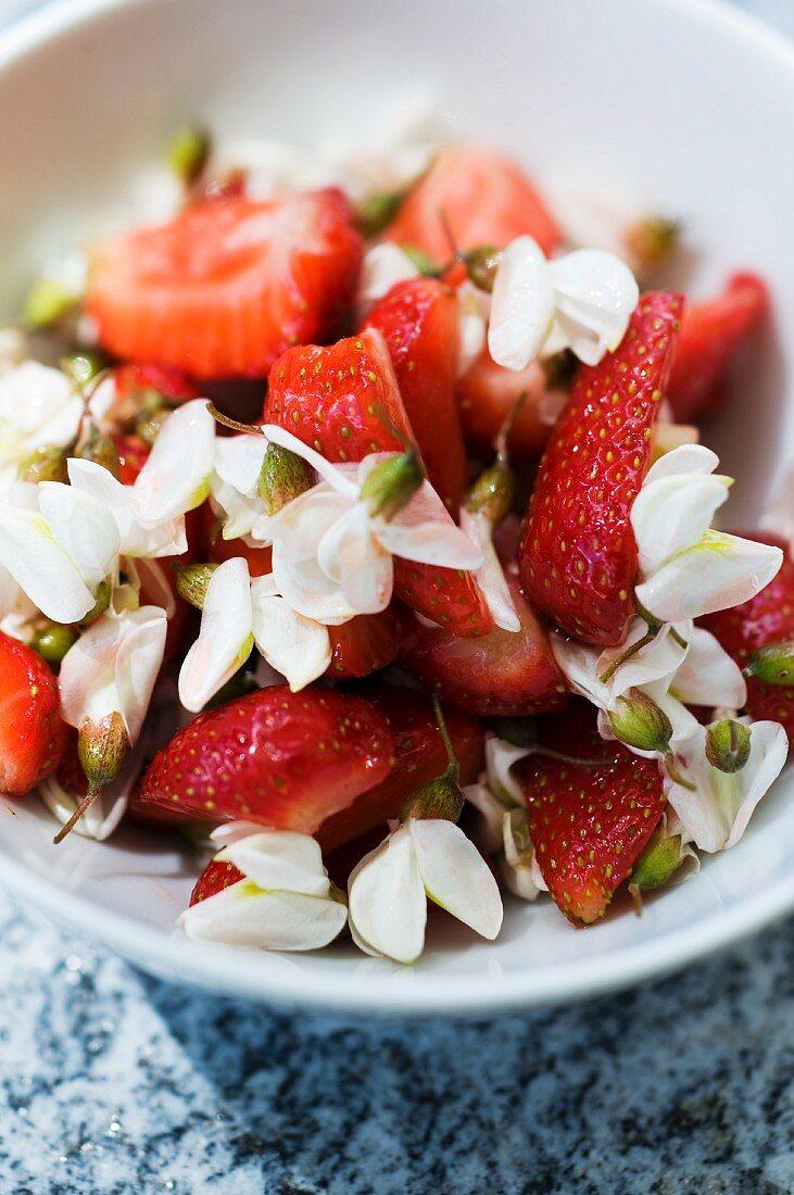 Erdbeeren mit Akazienblüten