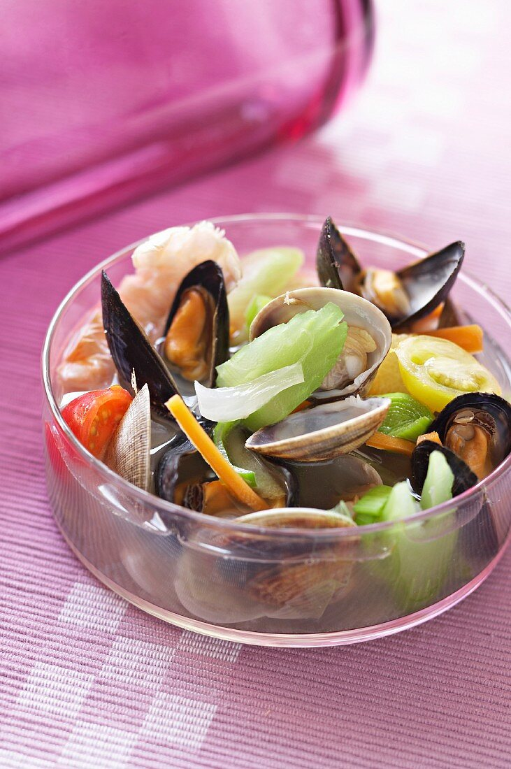 Muscles and vegetables in broth