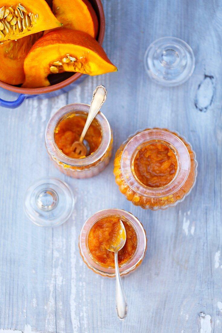 Kürbis-Orangen-Marmelade in Gläsern