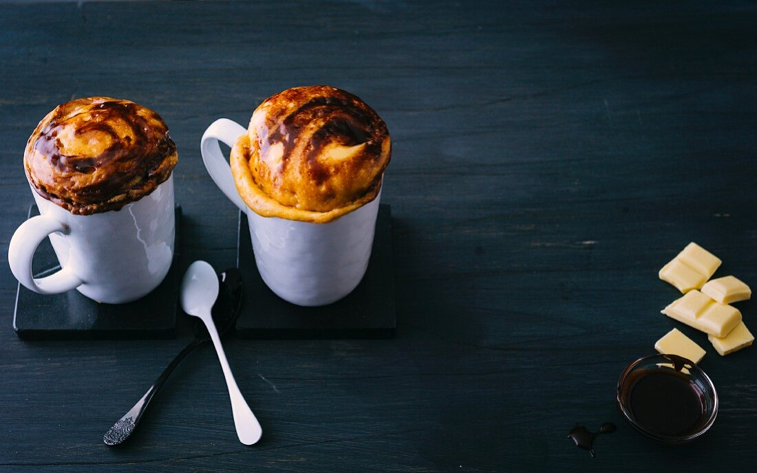 Mug cakes with white and dark chocolate